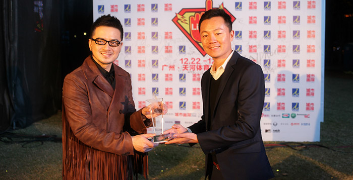 Anthony Wong (left) receiving award after his Guangzhou concert from CRMA organizer Wei Jiangang (right)